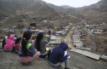 Niños suben a un cerro en Puente Piedra para captar internet / Foto: Houston Chronicle
