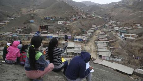 Niños suben a un cerro en Puente Piedra para captar internet / Foto: Houston Chronicle